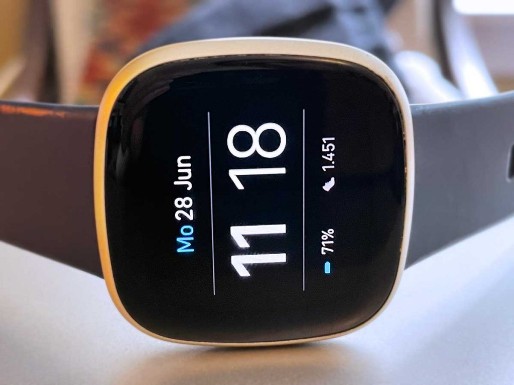 Fitbit Versa 3 clock face with battery status on clock face screen