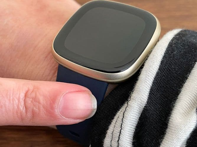 Tap Fitbit's band to turn on its screen